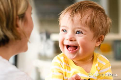 【名畑文巨のまなざし】  赤ちゃんはダウン症です。生まれて間もなく心臓疾患で手術をし、お母さんは心配が絶えなかったようですが、「この子がいたおかげで、本当にいろいろな経験をさせてもらいました」と前向きです。「もしお友達に、お腹(なか)の赤ちゃんがダウン症とわかった人がいたとしたら、あなたはどうアドバイスしますか?」と聞くと、「なにも心配いらないから産めばいいわ、と言います」。彼女の言葉から、乗り越えてきた強い心を感じました。南アフリカ共和国・プレトリア市にて。