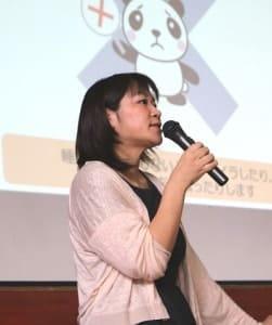 優しい口調で生徒たちに語りかける綾部直子さん