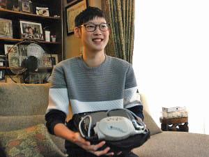 補助人工心臓の機械を説明する鈴木さん(12月1日撮影)