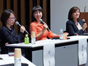 トークショーに臨む宋美玄さん、東尾理子さん、白河桃子さん(左から)