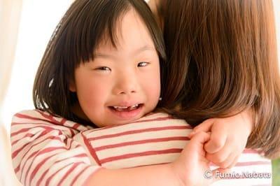 【名畑文巨のまなざし】  ダウン症は21番目の染色体が1本多いことから発症します。ダウン症のはるなちゃんを育てるお母さんは、福祉団体の相談員からこんな話を聞きました「ダウン症だからってできないことばかりじゃない。1本多いんだから、他人よりできることもあるんじゃない?」お母さんはこの言葉が大好きだそうです。京都府にて。