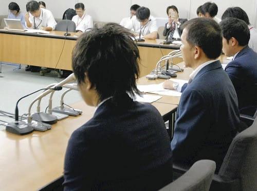 執刀医と元教授を行政処分するよう厚労省に要望書を提出した後、記者会見する遺族会と弁護団(2017年9月、厚労省で)