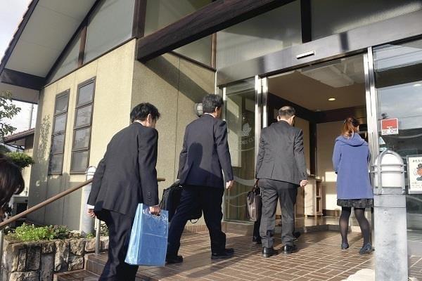 妊産婦の死亡が相次いだ愛媛県今治市の産婦人科診療所へ立ち入り検査に入る今治保健所の職員ら。この数か月前、同保健所は問題を指摘する情報提供を受けていたが、対応していなかった(2016年12月撮影)