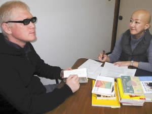 円形脱毛症の当事者研究をしている吉村さやかさん(右)と、アルビノの当事者研究をしている夫の矢吹康夫さん