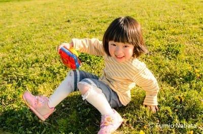 【名畑文巨のまなざし】 広汎性発達障害のSちゃん(その2) いつもは子どもの好きなキャラクターのおもちゃを一通りそろえ、次々と見せて笑顔を引き出します。でも、彼女は何を見せてもそっぽを向き、全くこちらを受け入れてくれません。そんな折、彼女の履いている靴をふと見るとアンパンマン! これだと思い、持っていたアンパンマンのおもちゃのカメラを出すとツボでした。出すなりすぐに奪い取られましたが、そこから一気に心が通いだしました。京都府にて(続く)