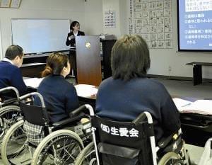 介護職員の高齢者虐待…不適切ケア、職員研修で防ぐ