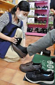 転びにくい靴 選ぶコツは?