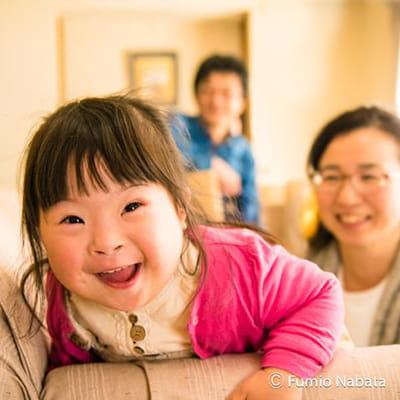 【名畑文巨のまなざし】ポジティブエナジーズ(その8) 世界をめぐり撮影したダウン症の子どもたちは、みなポジティブなエネルギーにあふれていました。2歳のダウン症のかほちゃん、いつも元気いっぱいで疲れを知りません。それに、とても人懐っこくてチャーミングで、どこに行っても人気者なのだとか。この日もおうちに伺った瞬間から笑顔でお出迎え。思わず私も笑みがこぼれました。大阪府にて