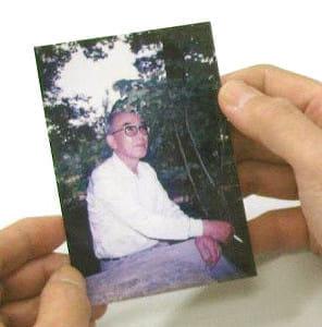 80歳で亡くなった木村貞治さんの写真を手に、豊さんは「怒ったところはほとんど見たことがない。やさしい父でした」と話す