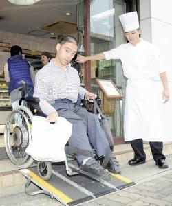障害者差別解消法…スロープ、筆談「配慮」の街