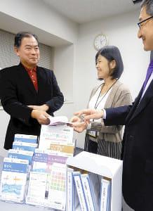図書館の力(2)がん情報の小冊子贈る