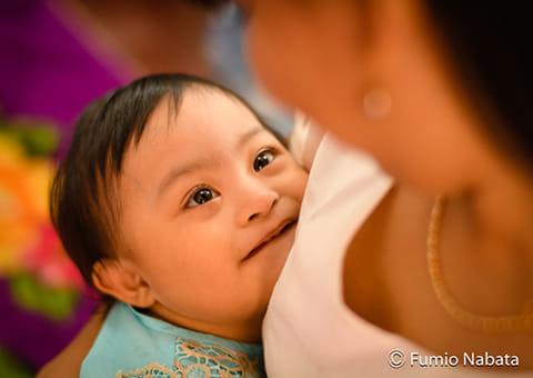 名畑文巨さんが撮影した世界の障害のある子どもたちの写真は、40回の連載を通し、輝く笑顔と命の重さを届け続けた