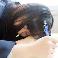 子どもの早寝早起きは健康を害する!? 「始業を遅らせ成績アップ」の海外報告も