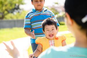 ミャンマーの2歳の女の子。ダウン症です。やんちゃで元気、パワフルなエネルギーにあふれています。大好きなお兄ちゃんやお母さんと一緒に、公園で無邪気に遊んでいるのを見ていると、こちらまで幸せな気持ちになりました。