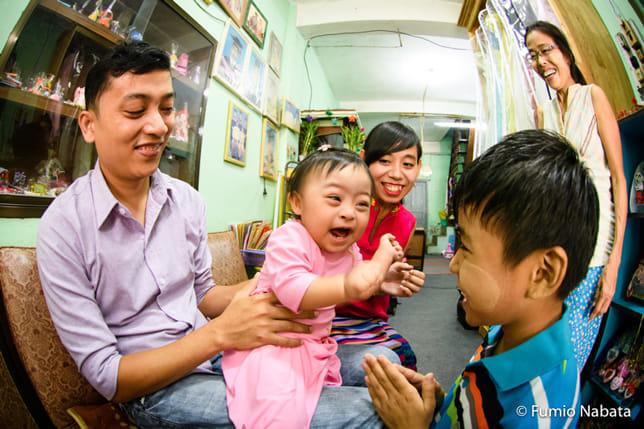 子どもの写真を長年撮ってきました。小さな子どもには、人の心を幸せにするエネルギーがあります。とくに障害のある子には、とても強いエネルギーを感じるのです。このダウン症の赤ちゃんも、3世代が一緒に住む大家族の中で皆を幸せな気持ちにさせていました。ミャンマー・ヤンゴン市にて。