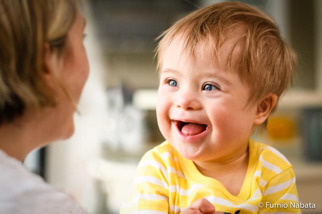 赤ちゃんはダウン症です。生まれて間もなく心臓疾患で手術をし、お母さんは心配が絶えなかったようですが、「この子がいたおかげで、本当にいろいろな経験をさせてもらいました」と前向きです。「もしお友達に、お腹(なか)の赤ちゃんがダウン症とわかった人がいたとしたら、あなたはどうアドバイスしますか?」と聞くと、「なにも心配いらないから産めばいいわ、と言います」。彼女の言葉から、乗り越えてきた強い心を感じました。南アフリカ共和国・プレトリア市にて。