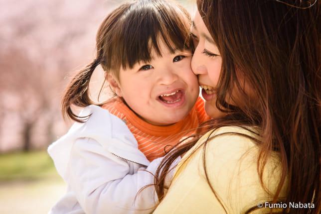 生まれてきた赤ちゃんの顔を見てお母さんは、「ダウン症では」と直感したそうです。でも、普段から保育士として、障害のある子どもの面倒も見てきたお母さんは、そのかわいさを知っていました。わが子に障害があることにも、全く抵抗はなかったそうです。逆に、気を遣った医師がなかなか伝えてくれなくて、やきもきしていたのだとか。大阪府豊中市にて。