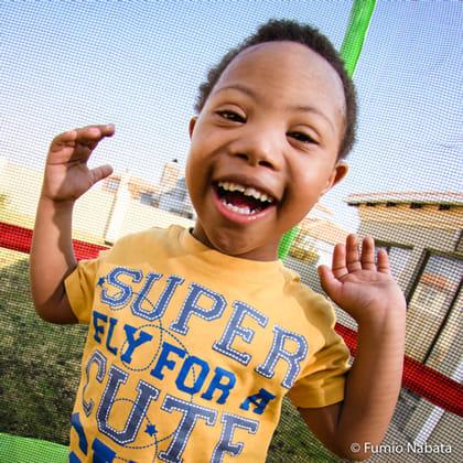 ポジティブエナジーズ(その4) 世界をめぐり撮影したダウン症の子どもたちは、みなポジティブなエネルギーにあふれていました。南アフリカの4歳の男の子。庭にあるトランポリンで遊んでもらったら、もうずっと飛び跳ね続けていました。運動するのが大好きなんでしょうね。表情も本当に生き生きとしているんです。南アフリカ共和国プレトリア市にて