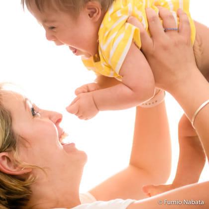 ポジティブエナジーズ(その5) 世界をめぐり撮影したダウン症の子どもたちはみな、ポジティブなエネルギーにあふれていました。南アフリカの1歳2か月のダウン症の赤ちゃん。ダウン症の成長はゆっくりなので、ようやくお座りができた頃です。でも、弾はじけるような笑顔の本当に 可愛かわいい赤ちゃんでした。抱き上げるママの笑顔もとても幸せそうです。南アフリカ共和国プレトリア市にて