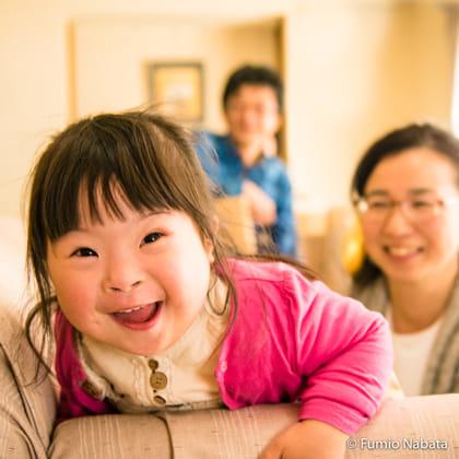 ポジティブエナジーズ(その8) 世界をめぐり撮影したダウン症の子どもたちは、みなポジティブなエネルギーにあふれていました。2歳のダウン症のかほちゃん、いつも元気いっぱいで疲れを知りません。それに、とても人懐っこくてチャーミングで、どこに行っても人気者なのだとか。この日もおうちに伺った瞬間から笑顔でお出迎え。思わず私も笑みがこぼれました。大阪府にて
