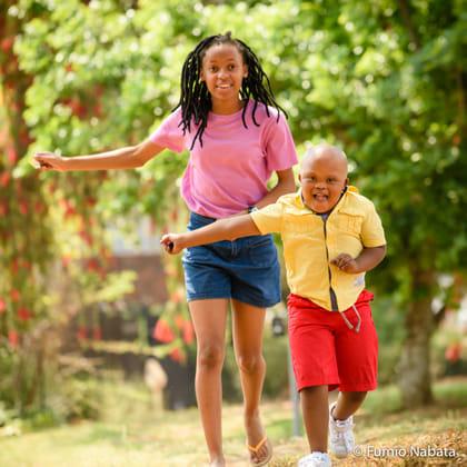 ポジティブエナジーズ(その12) 世界をめぐり撮影したダウン症の子どもたちは、みなポジティブなエネルギーにあふれていました。南アフリカのタペロくん、いつもおどけて家族の笑顔を誘う人気者です。家族にとってかけがえのない存在で、みんなに見守られているのがよくわかりました。一緒に駆けっこしたお姉ちゃんも、タペロくんに先を譲りながら走ります。おかげで彼は、ご機嫌でゴールしていました。南アフリカ共和国プレトリア市にて
