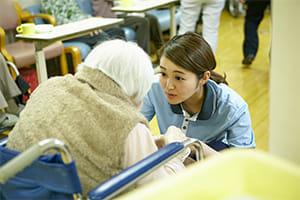 「現役介護福祉士として働く上条さん
