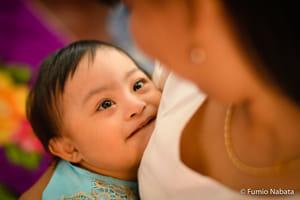 赤ちゃんはダウン症。とても元気でかわいく、母親を見つめる一瞬のまなざしに、無条件の信頼感と、とても大きな生のエネルギー(生命力)を感じます。ミャンマーの旧首都ヤンゴン市にて。