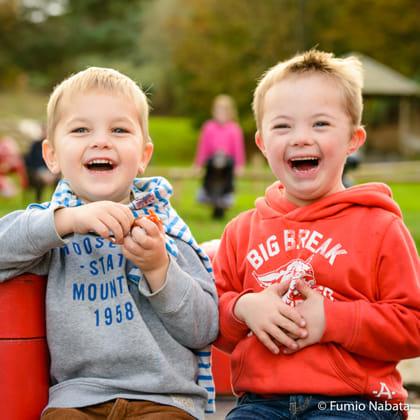 ポジティブエナジーズ(その10) 世界をめぐり撮影したダウン症の子どもたちは、みなポジティブなエネルギーにあふれていました。英国の5歳のセブくん(右)はダウン症。4歳の弟と一緒に撮りました。撮影では、おもちゃであやして笑顔を引き出していきますが、お兄ちゃんは反応がとても早くて、瞬時に笑顔でツッコミを入れてくれます。弟くんもそんな兄に同調しながら大爆笑。とてもいいコンビです。関西人の私は、そのノリの良さにとても親近感を感じました。英国バース市にて