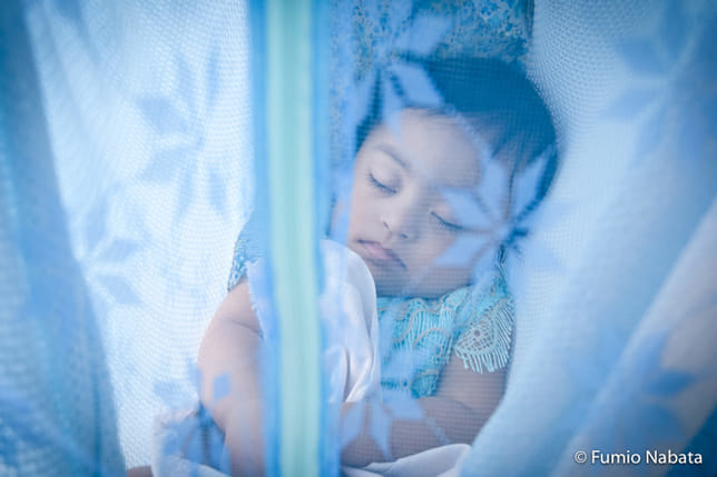 これまでに何度かご紹介したミャンマーのダウン症の赤ちゃんです。蚊帳の中で眠る健やかな寝顔は天使のようでした。ミャンマーは民主化されて間もないこともあり、まだ福祉が行き届いているとはいえない状況で、人々の障害への意識も高くないと感じました。でも、取材したご家族は、みんなわが子をしっかりと受け止めていて、いっぱいの愛情を注いでいたことに感銘を受けました。ミャンマー・ヤンゴン市にて