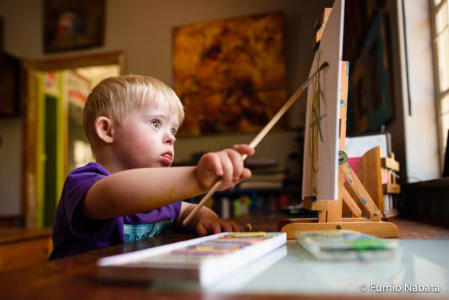 2歳のダウン症のマットくん。アーティストのママがキャンバスを用意してくれて、お絵描きしているところを撮りましたが、ものすごい集中力で圧倒されました。障害のある子は、何か一つの才能に抜きんでていることが多い気がします。マットくん、将来はすごいアーティストになるのかもしれないですね。南アフリカ共和国プレトリア市にて
