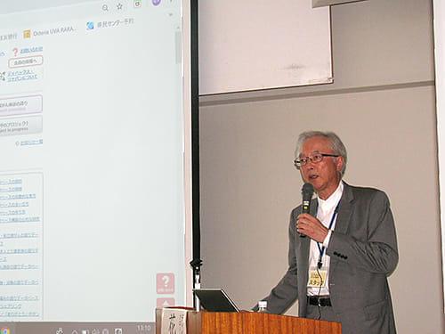 シンポジウムでクローン病の語り完成を発表する花岡隆夫さん