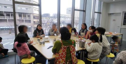 がん体験談や悩みについて語り合う参加者の母親たちとスタッフ(2018年1月、福岡市内で)