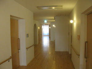 廊下の両側に居室が並ぶ