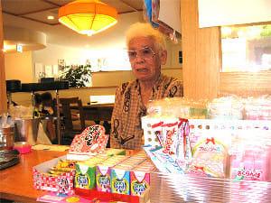 駄菓子屋の店番に座る式守さん