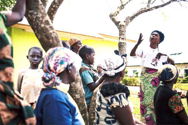 同国北キブ州で地元住民にエボラ出血熱の症状を解説し、テストを受けることの重要性を説くスタッフ(2018年11月)=国境なき医師団提供