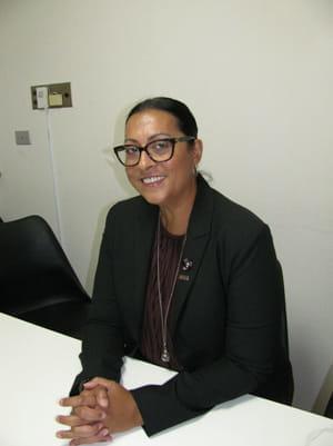 インタビューに答えるレシュマ・アダティアさん(8月、横浜市で)