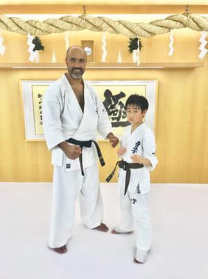 「K-1」でも活躍したブラジルのフランシスコ・フィリオ師範と玄樹君(2018年4月、ともに尾上さん提供)