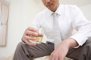職場の人間関係のストレスから飲酒の泥沼に