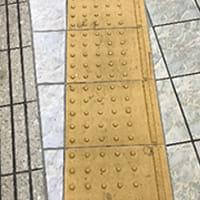 歩道の点字ブロックはなぜ黄色いの?