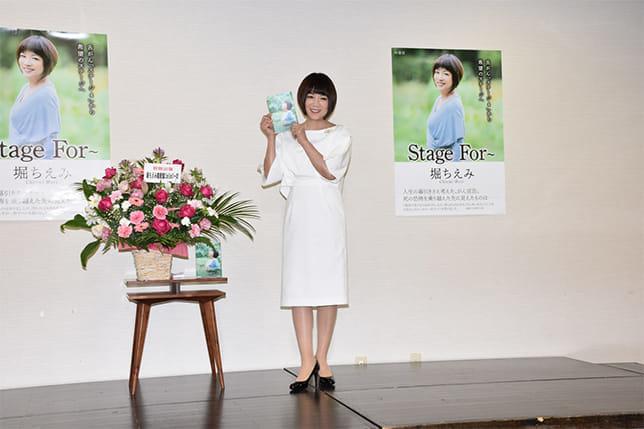 著書の出版を記念したサイン会で取材に応じた堀ちえみさん(10月20日、東京都渋谷区の青山ブックセンター本店で)