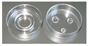 (左)通常の体外受精用シャーレ (右)三つのくぼみがある人工卵管法用シャーレ