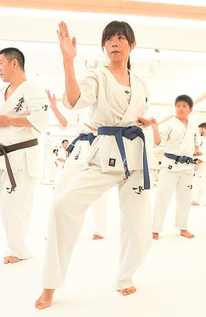 足の痛みを抑えて型の稽古に励む上田さん(9月下旬、代官山道場で)