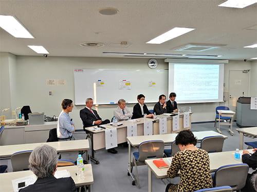 パネルディスカッションで話す参加者(11月9日、早稲田大学で)=NPO全世代提供
