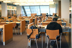 男性高齢者、図書館通いが止まると、要介護の危険が迫る!