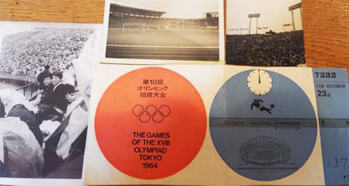 東京オリンピックの入場券と、会場で写した写真(中央にいる中学生の右側が町田さん)