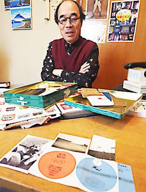昔の品々を前に思い出を次々と語る町田さん