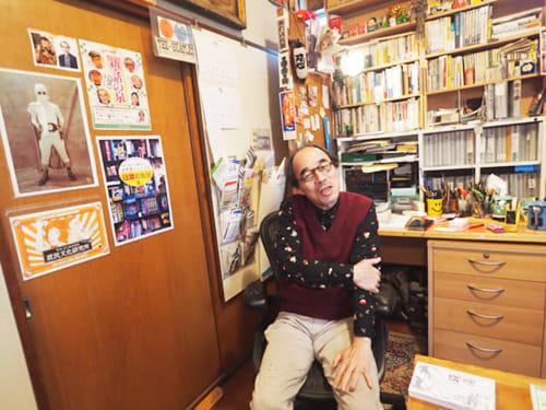 収集した品々が並ぶ自室でなごむ町田さん