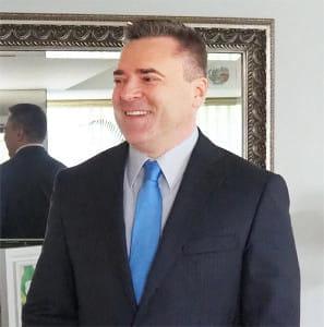 笑顔を見せるルトビノフさん(大使館で)