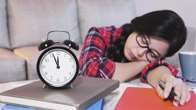 受験生必読! 勉強後、睡眠を挟んだほうが好成績…寝る間を惜しむと記憶は不安定に
