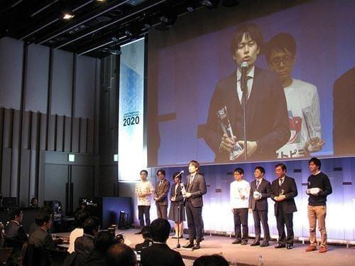 ジャパン・ヘルスケアビジネスコンテストでグランプリ受賞のスピーチをする園田さん